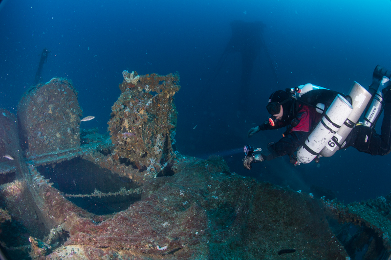 diver with multiple decompression stages on a wreck